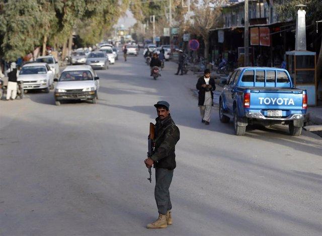 Un policía en un puesto de control en la provincia de Fará
