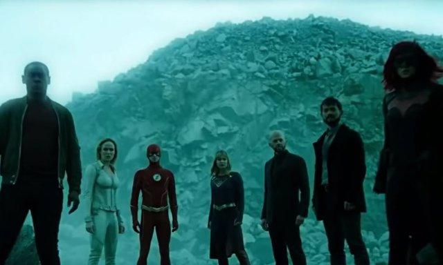 El equipo de héroes del Arrowverso se une en la batalla definitiva de Crisis en Tierras Infinitas