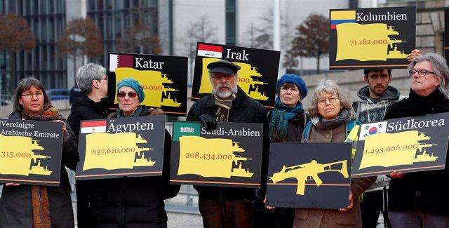 Activistas durante una manifestación en Berlín pidiendo al Gobierno de Alemania que ponga fin a las exportaciones mundiales de armas. Durante una manifestación en Berlín.
