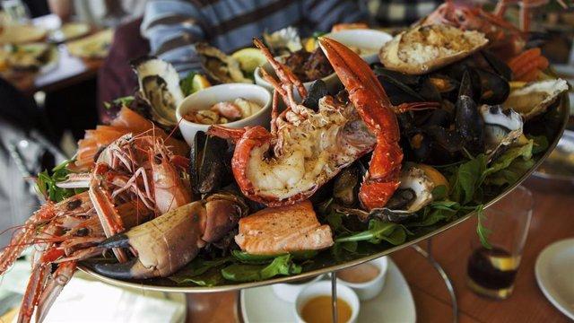 En Navidad es habitual consumir grandes cantidades de marisco en las cenas y comidas navideñas.