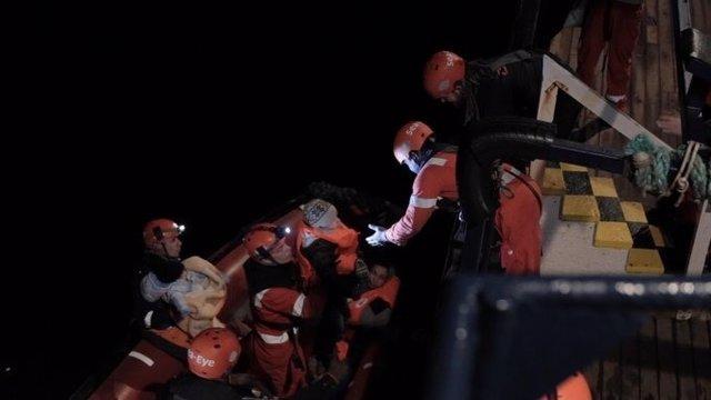 Personal del barco 'Alan Kurdi' durante el rescate de 32 migrantes en el mar Mediterráneo