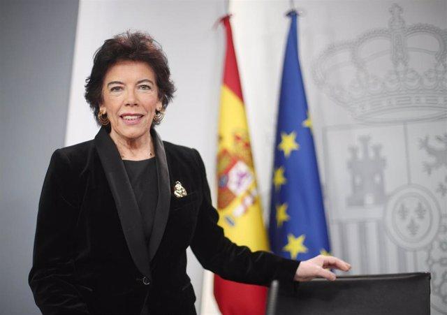 La portavoz y ministra de Educación en funciones, Isabel Celaá, momentos antes de comenzar la rueda de prensa tras el Consejo de Ministros en La Moncloa, Madrid (España), a 27 de diciembre de 2019.