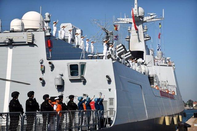 El destructor 'Xining' antes de soltar amarras en el puerto de Quingdao, en China