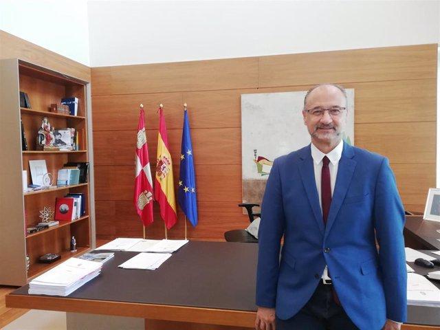 Luis Fuentes posa para Europa Press en su despacho de las Cortes