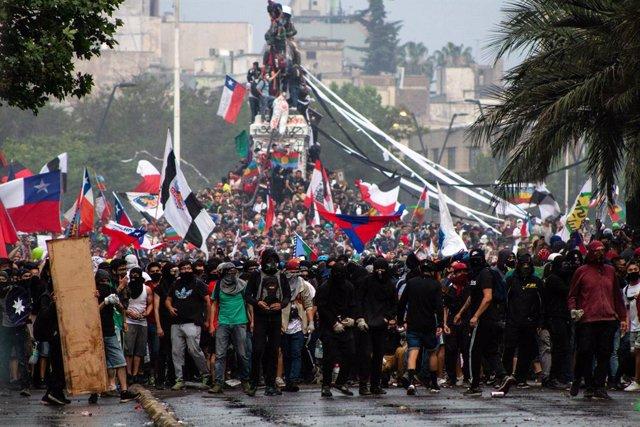 Protestes a la plaça Baquedano de Santiago de Xile.