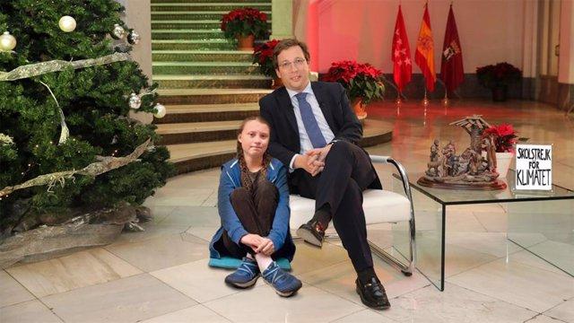 Fotomontaje de 'Somos Malasaña' con la inocentada del día: José Luis Martínez-Almeida contratando de asesora a Greta Thunberg.
