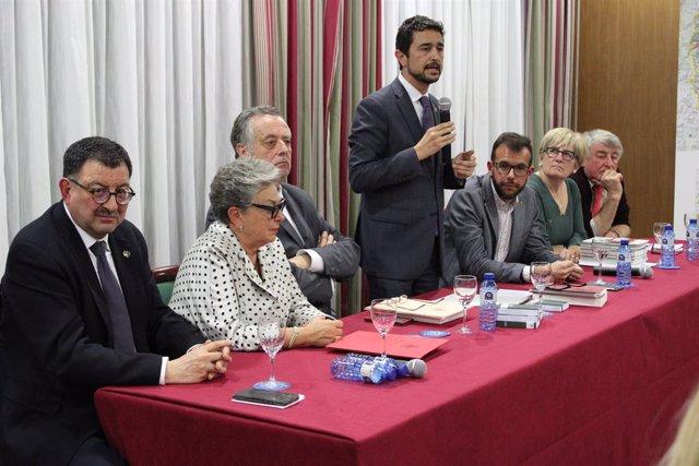 El conseller de Territori i Sostenibilitat de la Generalitat, Damià Calvet, en la presentació del Diccionari der Aranés e eth Nomenclator dera Val d'Aran.