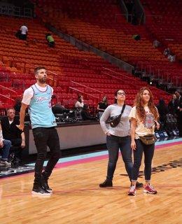 Gerard Piqué y la cantante colombiana Shakira en la pista de los Heat de Miami de la NBA