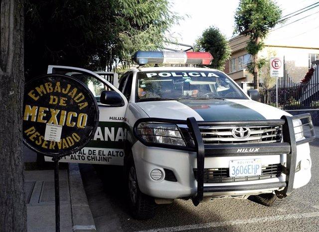 Un vehículo policial frente a la Embajada de México en La Paz
