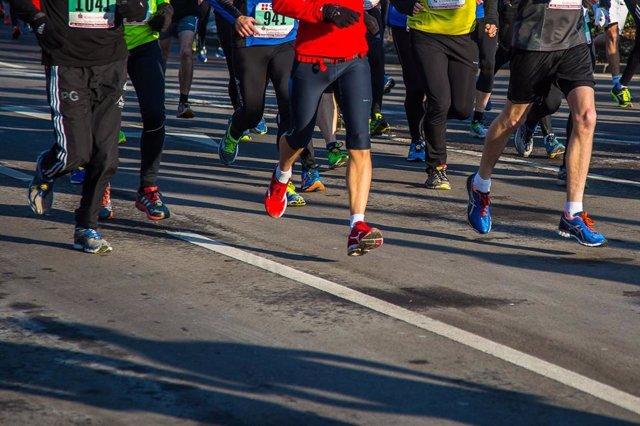 Participantes corriendo la San Silvestre.