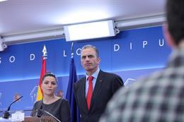 El portavoz de Vox en el Ayuntamiento de Madrid, Javier Ortega Smith y la secretaria general del Grupo Parlamentario de VOX, Macarena Olona, en rueda de prensa en el  Congreso, Madrid (España) a 30 de diciembre de 2019.