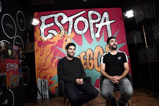 Els germans Muñoz, David i José (Estopa) posen al photocall  ``Fuego dedicat als seus 20 anys de carrera musical, a Madrid, 16 d'octubre del 2019.