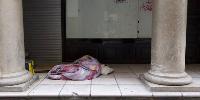 Una persona sensesostre dormint al carrer a Barcelona.