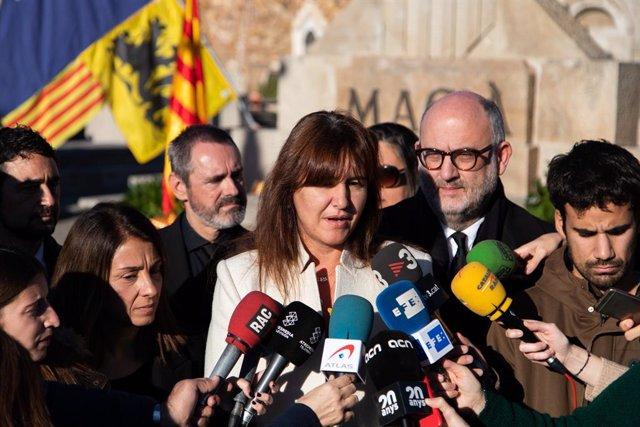 La portaveu del Grup Junts per Catalunya al Congrés dels Diputats, Laura Borràs, realitza una declaració davant els mitjans de comunicació durant l'ofrena floral a la tomba de Francesc Macià, a Montjuïc (Barcelona) a 25 de desembre de 2019.