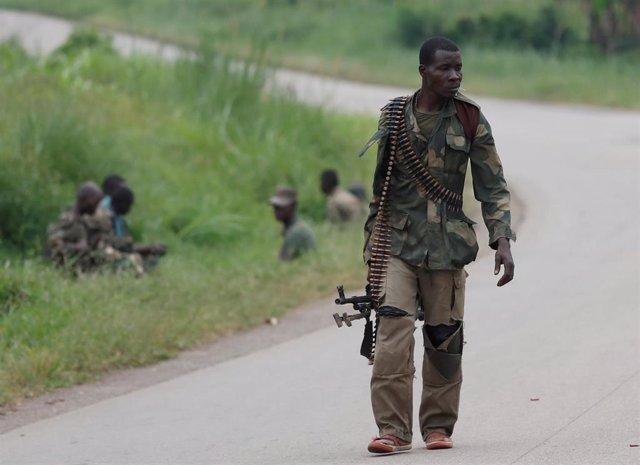 Un soldado del Ejército de República Democrática del Congo desplegado para combatir a las Fuerzas Democráticas Aliadas (ADF)
