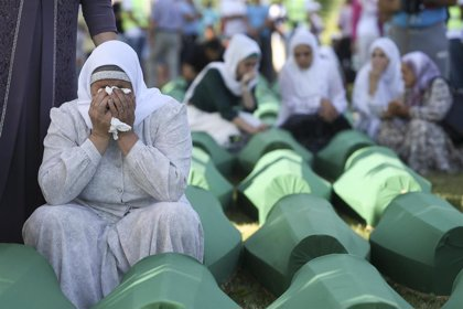 Un fiscal de Bosnia imputa a un antiguo general serbobosnio por su supuesto papel en el genocidio de Srebrenica