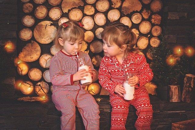 Niñas en pijama bebiendo leche.