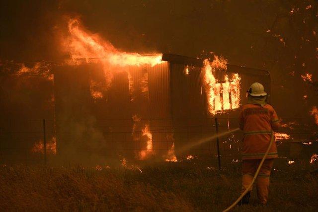 Un bombero australiano combate contra el fuego que está arrasando varias zonas del país desde el mes de octubre.