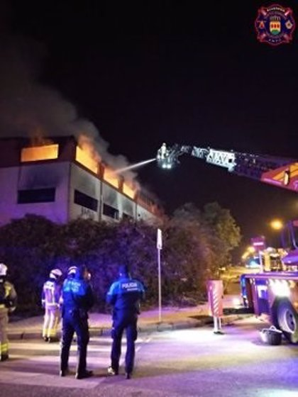 Un incendio calcina una nave industrial abandonada del Polígono Urtinsa, entre Alcorcón y Leganés
