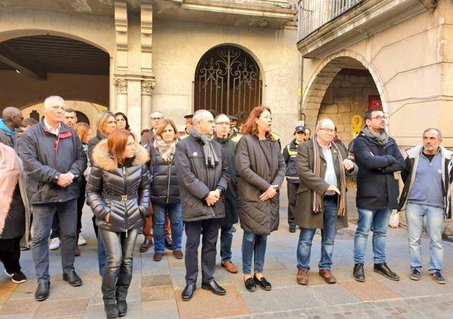 L'alcaldessa de Girona, Marta Madrenas, durant el minut de silenci en record a la nena ofegada per la seva mare.