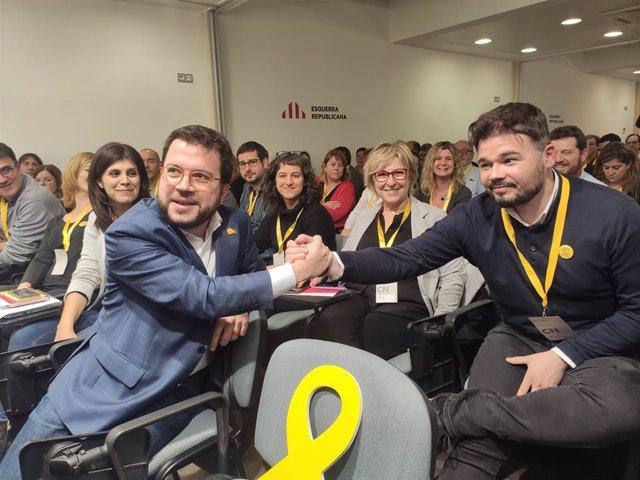 El vicepresident del Govern i coordinador d'ERC, Pere Aragonès, i el diputat d'ERC al Congrés  Gabriel Rufián, en el Consell Nacional d'ERC, el 2 de gener de 2020.