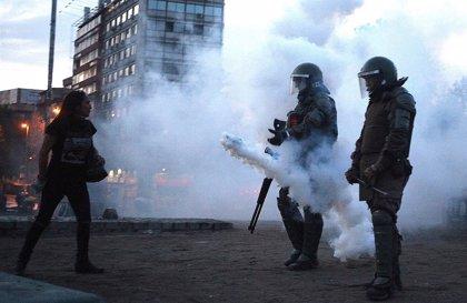 Chile.- Un joven pierde un ojo por el impacto de una bomba lacrimógena disparada por Carabineros en Santiago de Chile