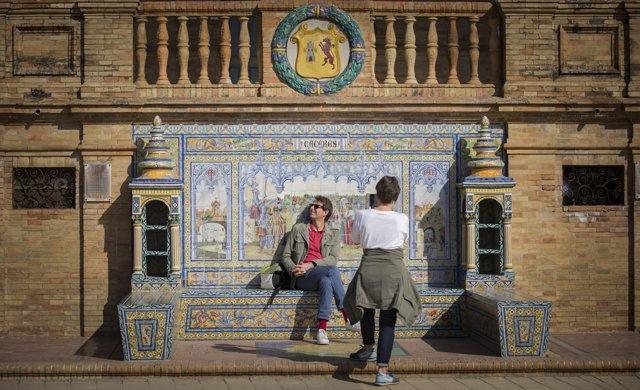 Imágenes de recurso de turistas en la Plaza de España de Sevilla (Andalucía, España), a 22 de octubre de 2019.