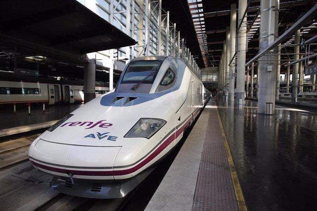 Imagen del tren de la nueva línea AVE que une Madrid, Antequera y Granada durante su inauguración en Puerta de Atocha.