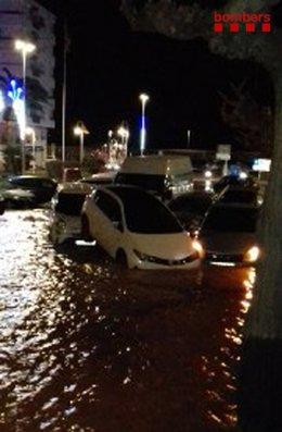 Diversos vehicles arrossegats després del trencament d'una canonada d'aigua a L'Ampolla (Tarragona)
