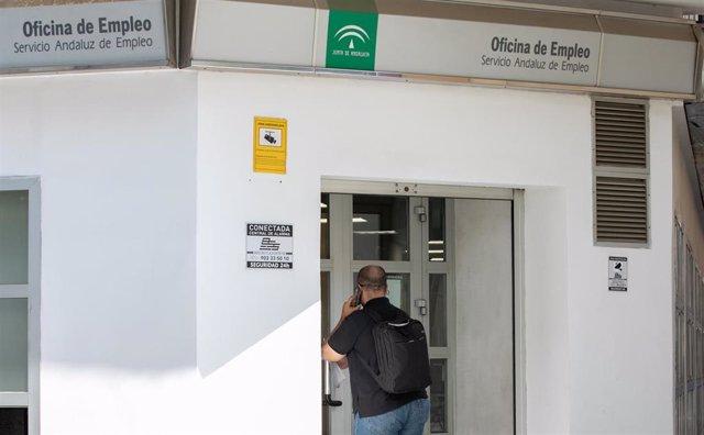 Un ciutad entra a l'oficina d'ocupació del Servei Andalús d'Ocupació de la Junta d'Andalusia al carrer Alfonso XII de Sevilla.