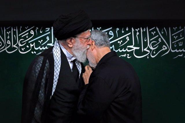 Ali Jamenei besa al general Qasem Soleimani