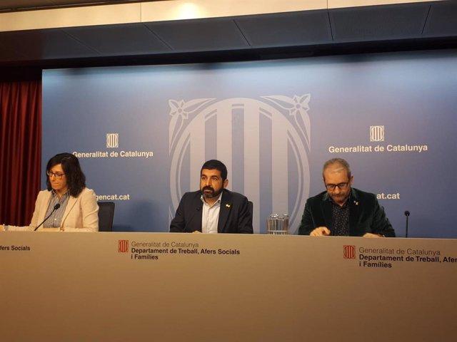 El conseller de Treball, Assumptes Socials i Famílies de la Generalitat, Chakir el Homrani, amb el secretari general de Treball de la Generalitat, Josep Ginesta, i la responsable de l'Observatori del Treball i Model Productiu, Manuela Redondo
