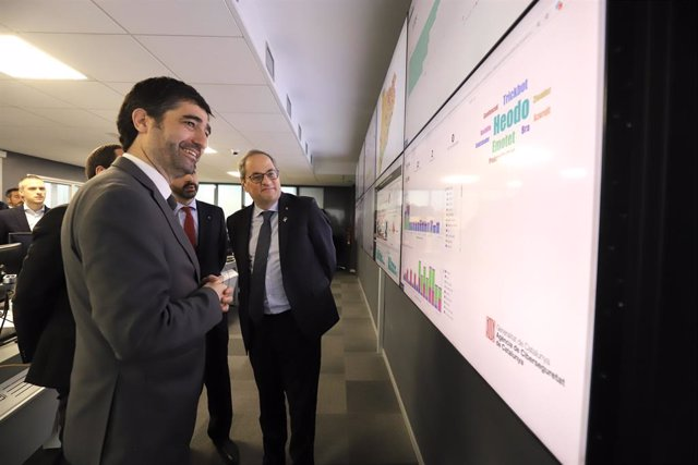 El president de la Generalitat, Quim Torra, acompanyat del conseller de Polítiques Digitals i Administració Pública, Jordi Puigneró, visita l'Agència de Ciberseguretat de Catalunya, el 3 de gener de 2020.