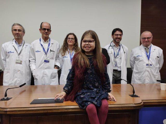 La pacient, Iria, juntament amb alguns membres de l'equip mèdic de l'hospital