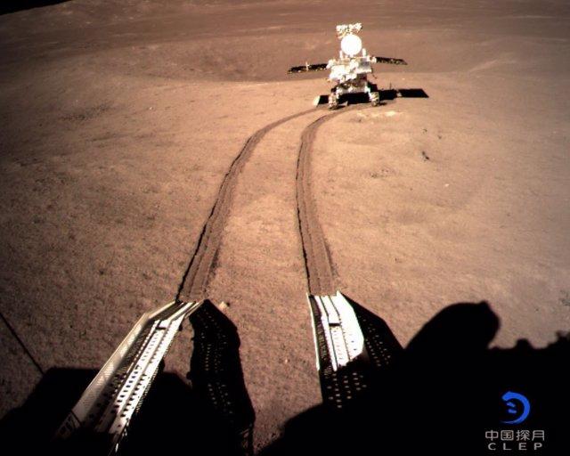 Rover Yutu 2 abandona el aterrizador Chang' e 4 a su llegada a la Luna