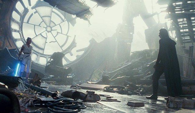 Kylo Ren y Rey se enfrentan sobre los restos de la Estrella de la Muerte