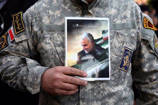 Un manifestante iraní protesta por la muerte del general Soleimani.