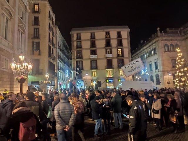 Concentració a la plaa Sant Jaume de Barcelona per la decisió de la JEC d'inhabilitar al president del Govern, Quim Torra.