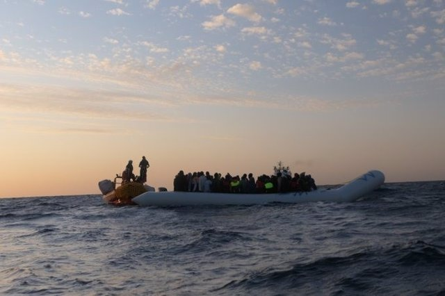 Una embarcación del buque 'Ocean Viking' rescata a una lancha neumática con 94 migrantes y refugiados a bordo en el mar Mediterráneo