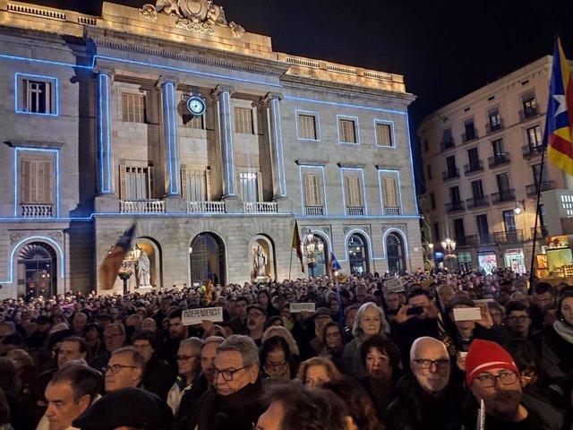 Concentració a la plaça Sant Jaume contra la decisió de la JEC sobre Torra.