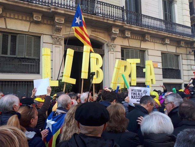 Concentració independentista davant la Prefectura de Policia a la Via Laietana de Barcelona el 4 de gener del 2019, l'endem de l'ordre de la JEC de retirar l'escó al president de la Generalitat Quim Torra