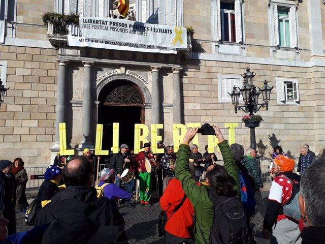 Concentració independentista davant la Generalitat el 4 de gener del 2019, l'endem de l'ordre de la JEC de retirar l'escó al president de la Generalitat Quim Torra.