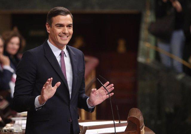 El presidente del Gobierno en funciones, Pedro Sánchez, da la réplica a la intervención del presidente del PP, durante la primera sesión de su debate de investidura en la XIV Legislatura en Madrid (España), a 4 de enero de 2020.