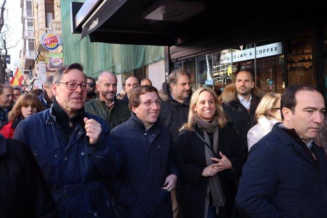 El alcalde de Madrid, José Luis Martínez-Almeida, y la vicealcaldesa, Begoña Villacís, han acudido a la manifestación de este sábado en Madrid por el 'Futuro de una España Unida para secundarla.