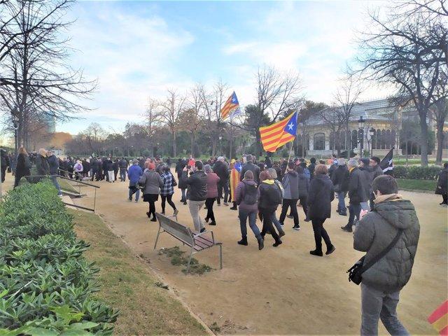 Els manifestants van a concentrar-se davant del Parlament després que uns quants forcessin una porta del parc de la Ciutadella de Barcelona, pel ple extraordinari del 4 de gener del 2020.