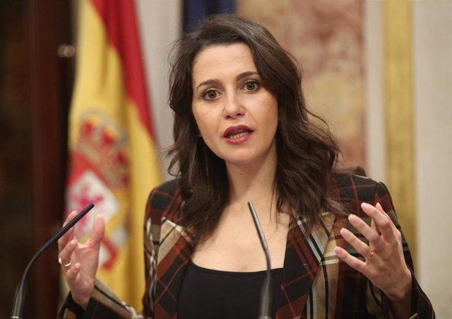La portavoz parlamentaria de Ciudadanos, Inés Arrimadas, ofrece una rueda de prensa en el Congreso de los Diputados durante el descanso de la primera sesión del debate de investidura del candidato socialista a la Presidencia de Gobierno en la XIV Legislat