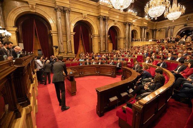 Vista de l'hemicicle del Parlament durant un ple extraordinari convocat després de la decisió de la Junta Electoral Central (JEC) d'inhabilitar al president de la Generalitat, Quim Torra, a Barcelona (Catalunya, Espanya), a 4 de gener de 2020.