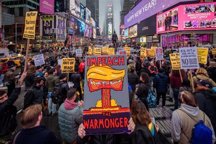 Primeras manifestaciones contra la guerra en EEUU y Reino Unido