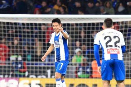 Wu Lei castiga a un Barça de rebajas