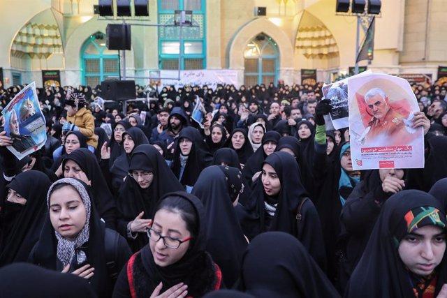 Irak.- Decenas de miles de personas reciben en Irán los restos mortales del gene